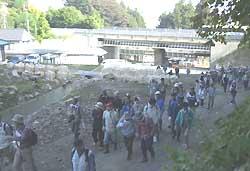 土石流のつめ跡を歩く 岡谷・花岡区で対策学ぶ集い